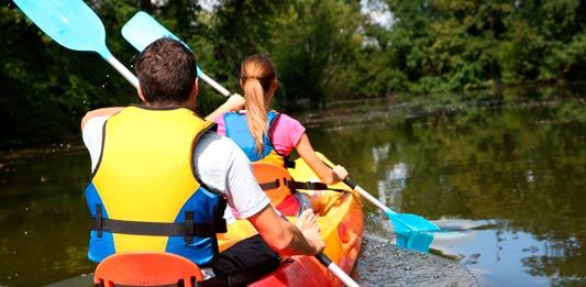 Recorrer en canoa el rio jovi